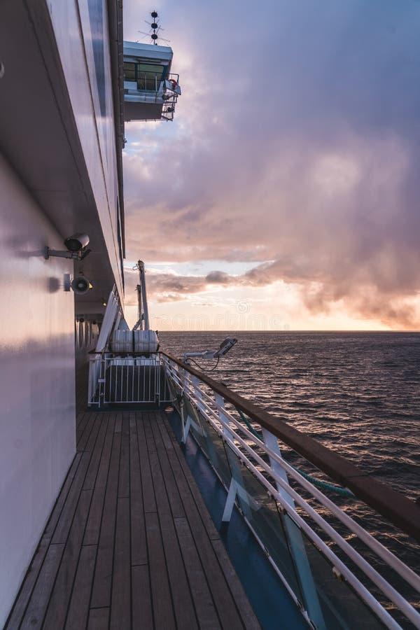 En la cubierta de una nave en la tarde con puesta del sol en un cielo nublado, Helsinki Finlandia fotografía de archivo libre de regalías