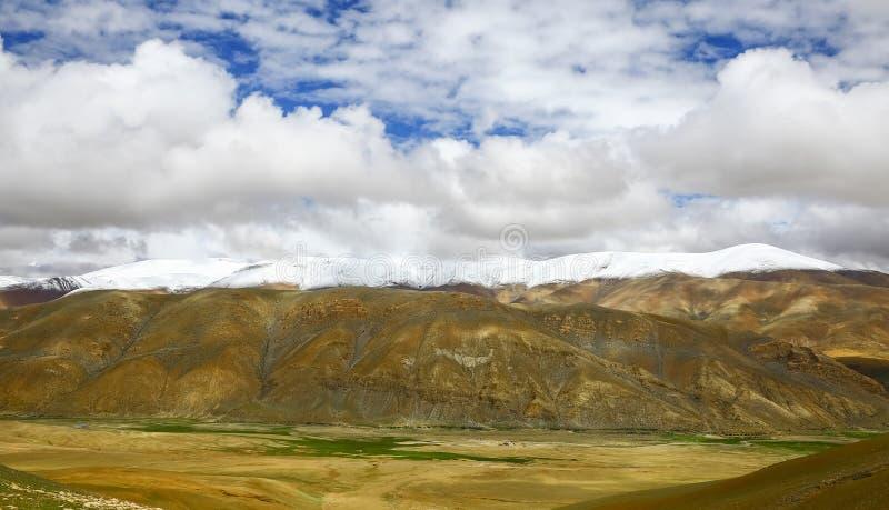 En la cuesta del norte del paisaje de las montañas de Himalaya imagen de archivo libre de regalías