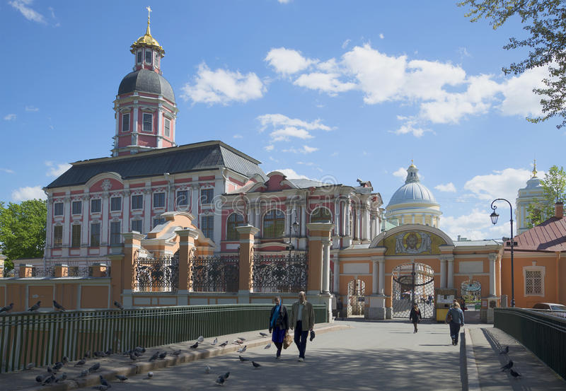 En la entrada al monasterio de Alexander Nevsky en un día de verano St Petersburg foto de archivo libre de regalías