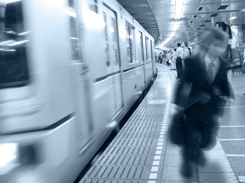 En la estación de tren imagenes de archivo