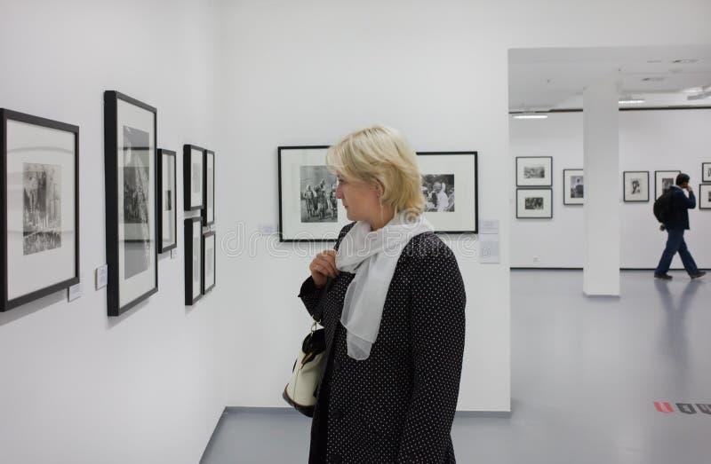 En la exposición. Casa de Moscú de la fotografía. fotos de archivo libres de regalías