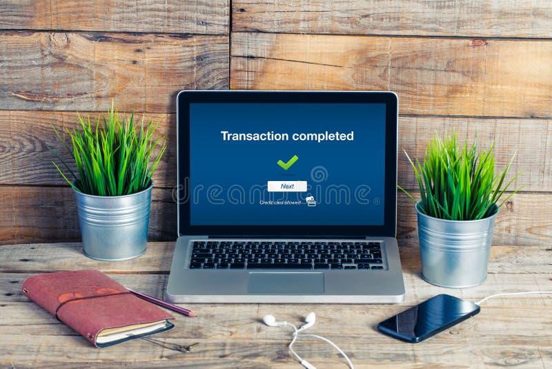 En la línea actividades bancarias en el ordenador Texto terminado de la transacción en el s fotos de archivo libres de regalías