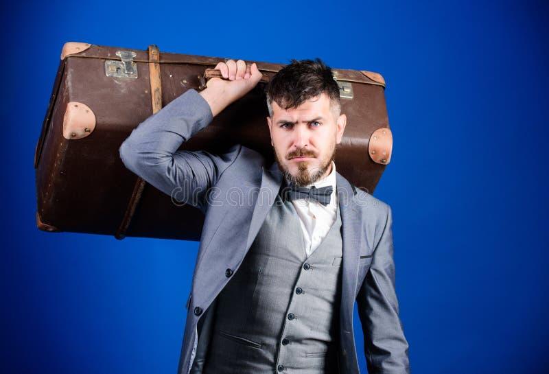 En la manera al éxito hombre de negocios en corbata de lazo Hombre barbudo en traje formal Bolso pesado viajero maduro esthete el imágenes de archivo libres de regalías
