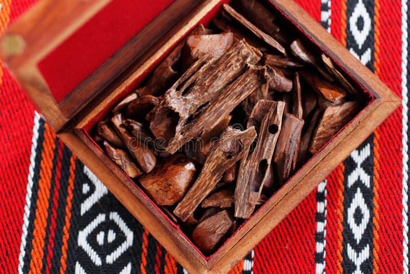 En la mayoría de los países árabes el bukhoor es el nombre dado a los ladrillos o a los pedazos de madera perfumados fotos de archivo