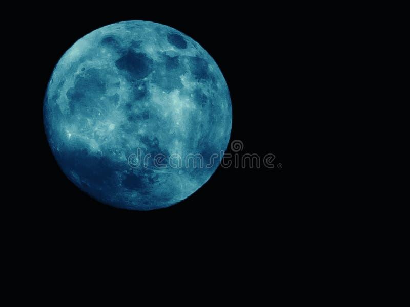 En la noche de la Luna Llena azul como el fondo imagenes de archivo
