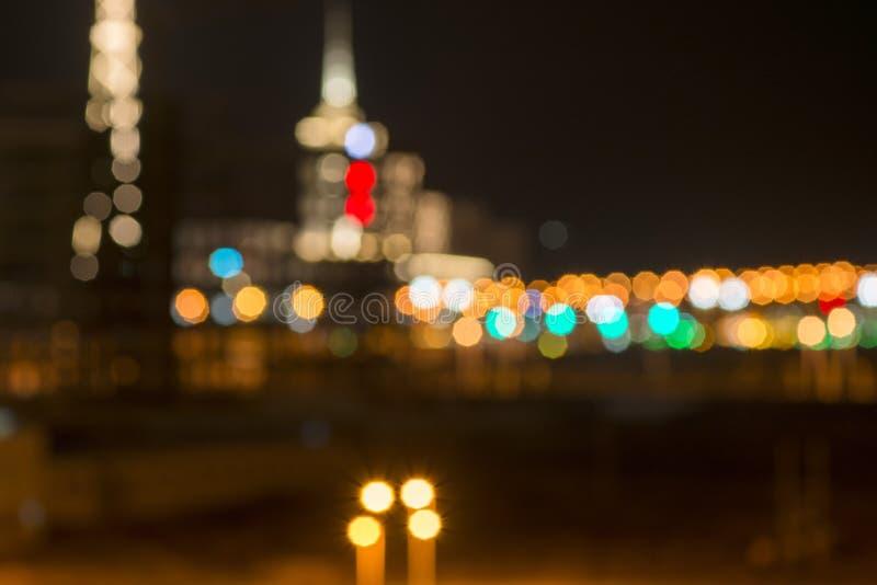 En la noche, las calles de la ciudad se encienden brillantemente foto de archivo libre de regalías