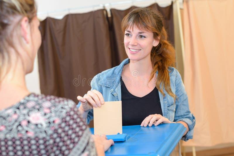 En la oficina de votación fotografía de archivo libre de regalías