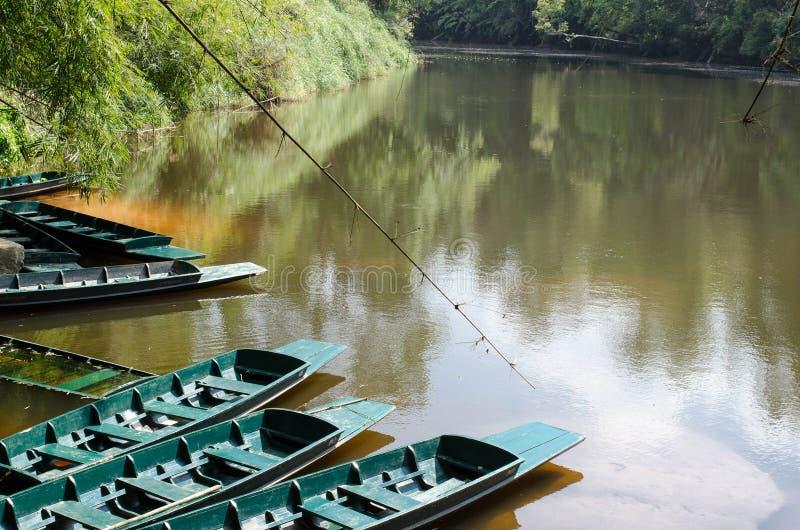 En la orilla tiene un barco que espera para tomar a turistas para ver el freshwat imagenes de archivo