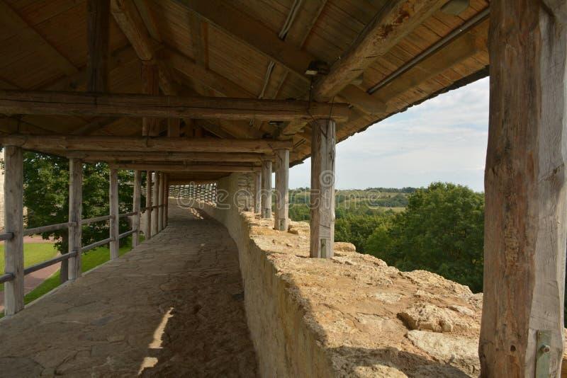 En la pared de la fortaleza de la fortaleza de Izborsk imagen de archivo