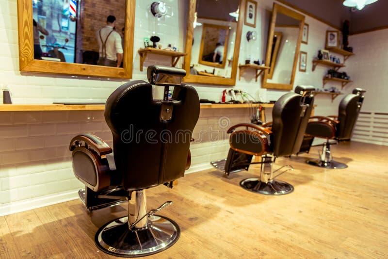 En la peluquería de caballeros imagenes de archivo