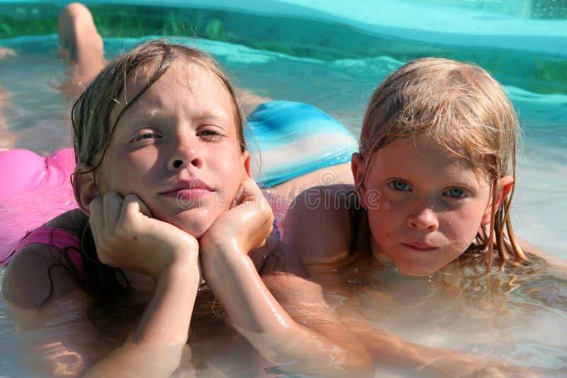 En la piscina imagenes de archivo