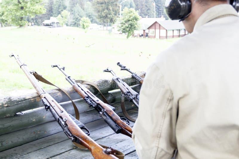 En la radio de tiro máquina automática de la recarga militar para tirar est? entonando fotografía de archivo