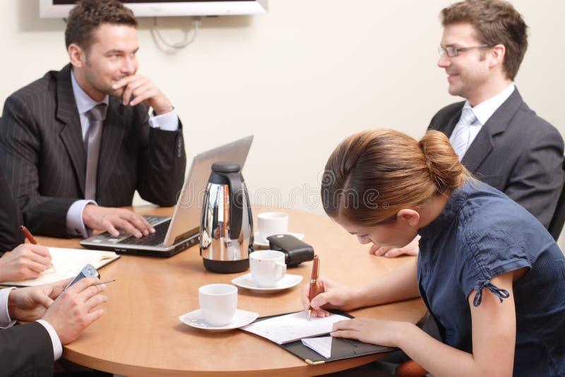 En la reunión de negocios foto de archivo