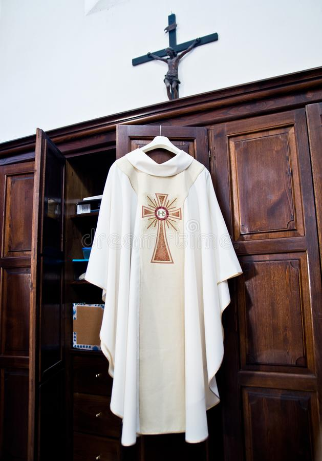En la sacristía la sotana lista para la masa santa foto de archivo