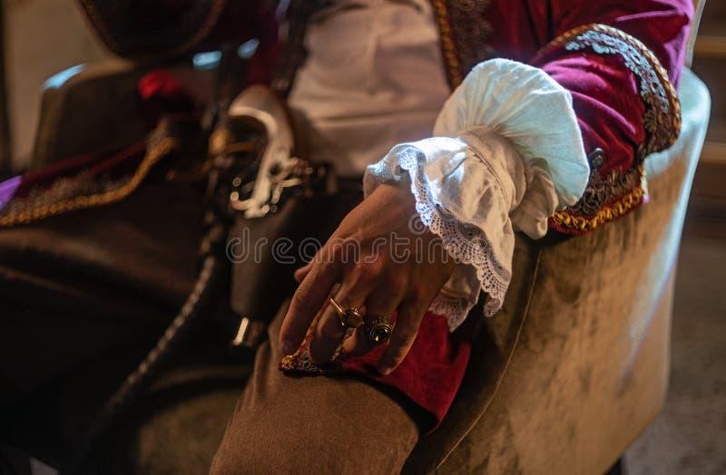 En la silla sienta a un cazador de tesoros, pirata foto de archivo libre de regalías