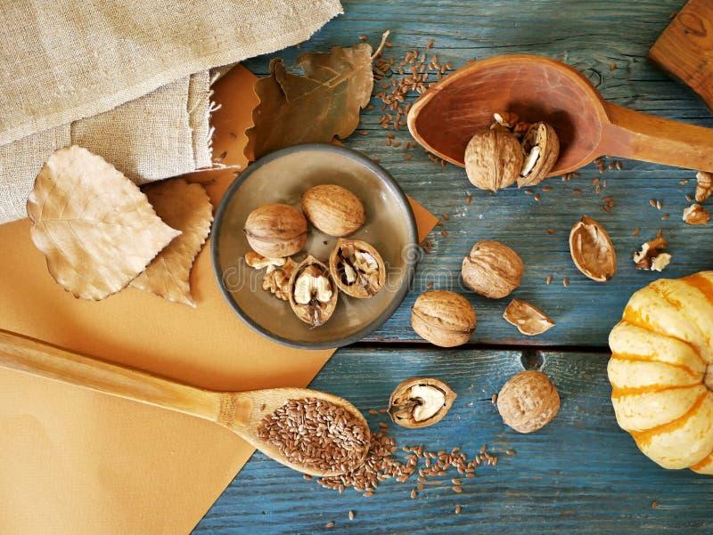 En la tabla, nueces, linaza, utensilios de madera, vintage, cocinando la comida sana imágenes de archivo libres de regalías