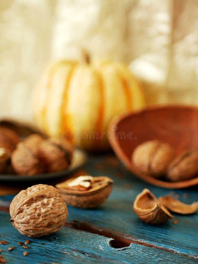 En la tabla, nueces, linaza, utensilios de madera, vintage, cocinando la comida sana fotografía de archivo