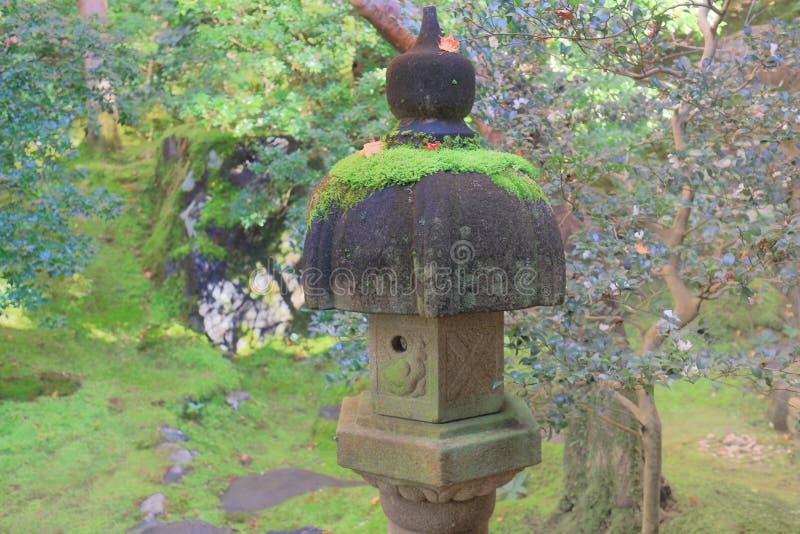 en lampa för lykta för Japan stilsten i japanträdgård arkivbild