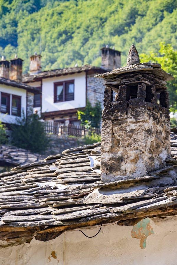 En lampglas och andra arkitektoniska detaljer från gamla bulgariska traditionella nypremiärstilhus på bergbyn av Kosovo, B royaltyfri bild
