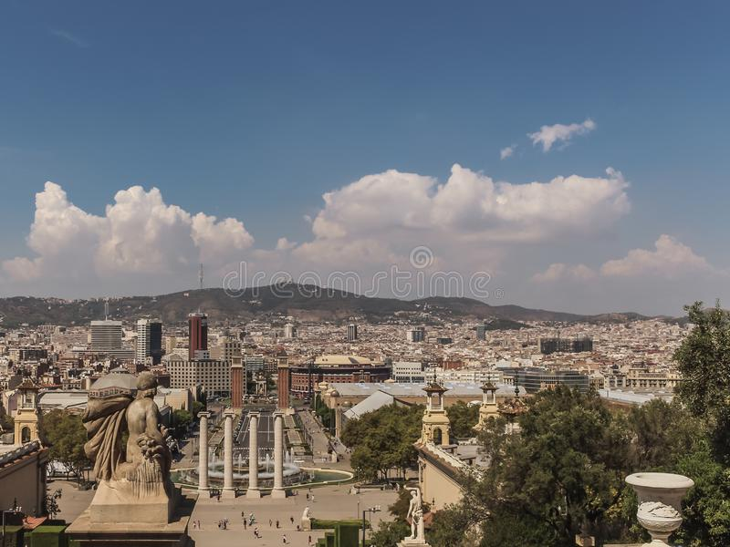En landskapsikt av Barcelona, Spanien Denna är en solig dag med några moln arkivfoto