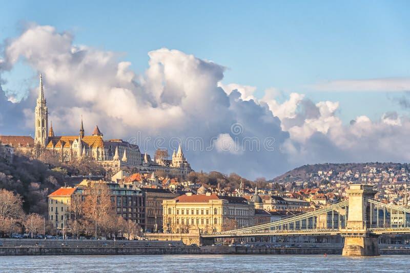 En landskapsikt av den Budapest staden i aftonen, den ungerska parlamentbyggnaden och otherrbyggnader längs Danube River, royaltyfria foton
