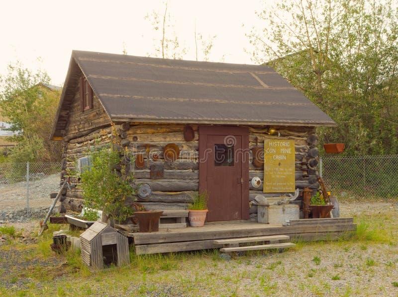 En lantlig journalkabin på ett utomhus- museum i yellowknife arkivfoto