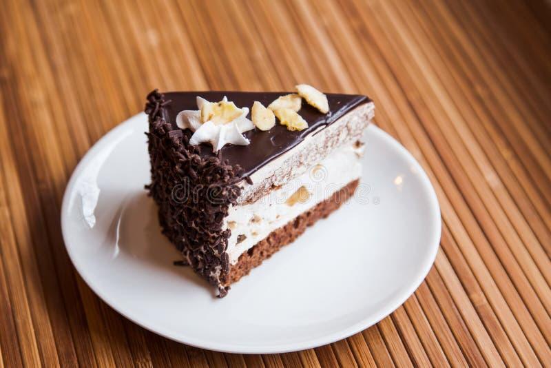 En lappa av chokladtårtan arkivbild