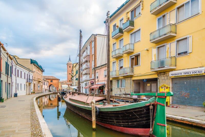 En las calles de Comacchio cerca del terraplén del canal - Italia imagen de archivo