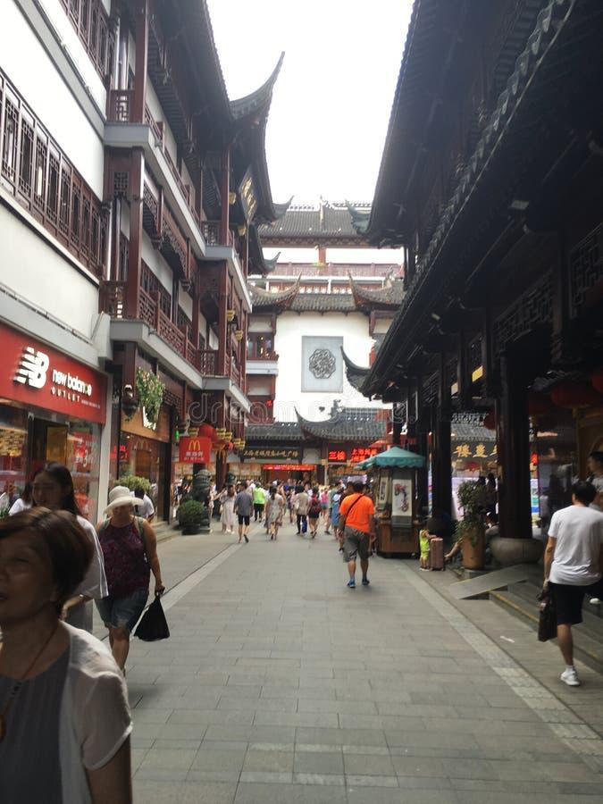 En las calles de Shangai imagenes de archivo