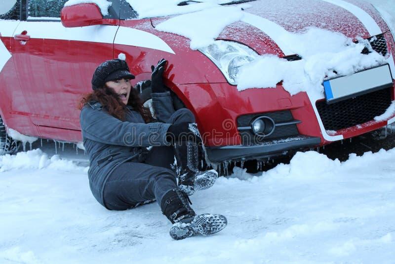 En las calles hivernales puede venir fácilmente a los accidentes fotografía de archivo