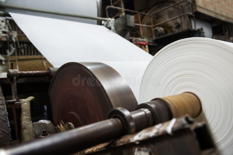 En las máquinas del molino de papel imágenes de archivo libres de regalías