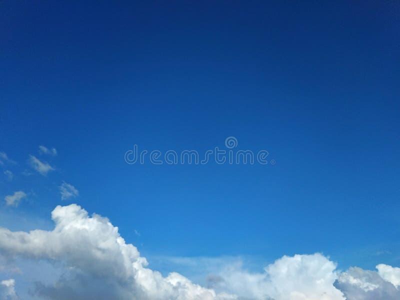 En las nubes brillantes del cielo azul imagen de archivo libre de regalías