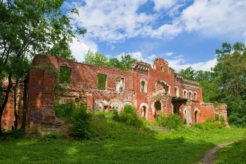 En las ruinas de la casa antigua de barones Vrangel Torosovo, regi?n de Leningrad imagen de archivo libre de regalías