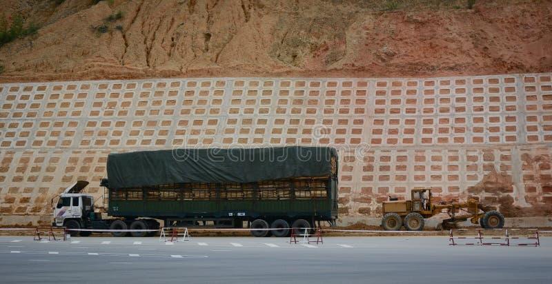 En lastbilparkering på bergvägen nära Huu Nghi Border Gate i Lang Son, Vietnam royaltyfri bild
