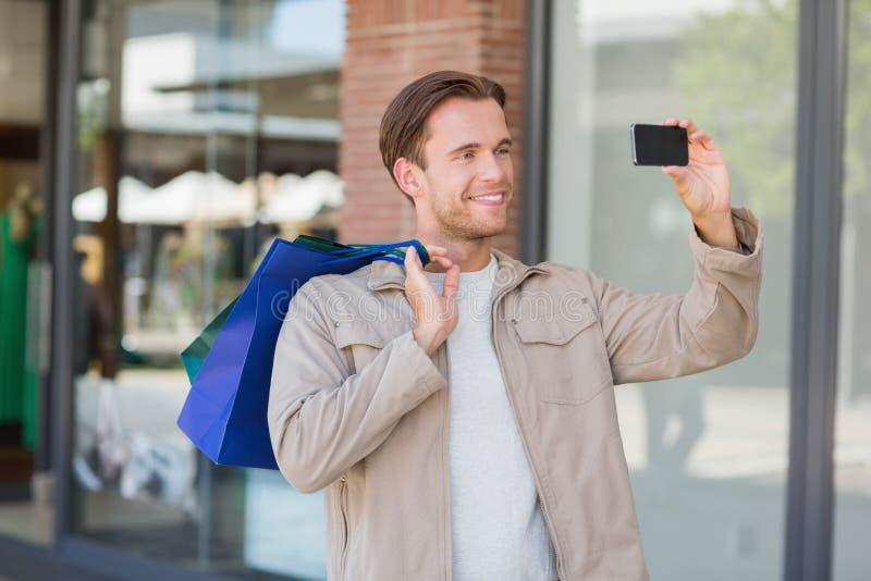 En le man som tar en selfie royaltyfri fotografi