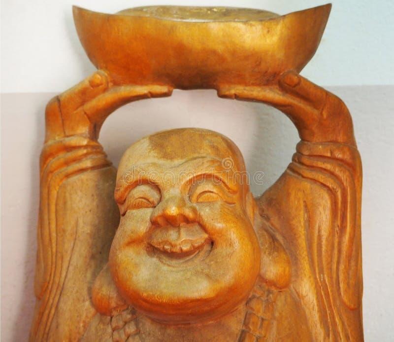 En le träkinesisk munk på relikskrin arkivbilder
