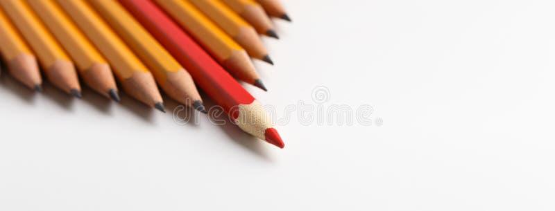 En ledande grupp för röd blyertspenna av liknande blyertspennor, vit bakgrund fotografering för bildbyråer