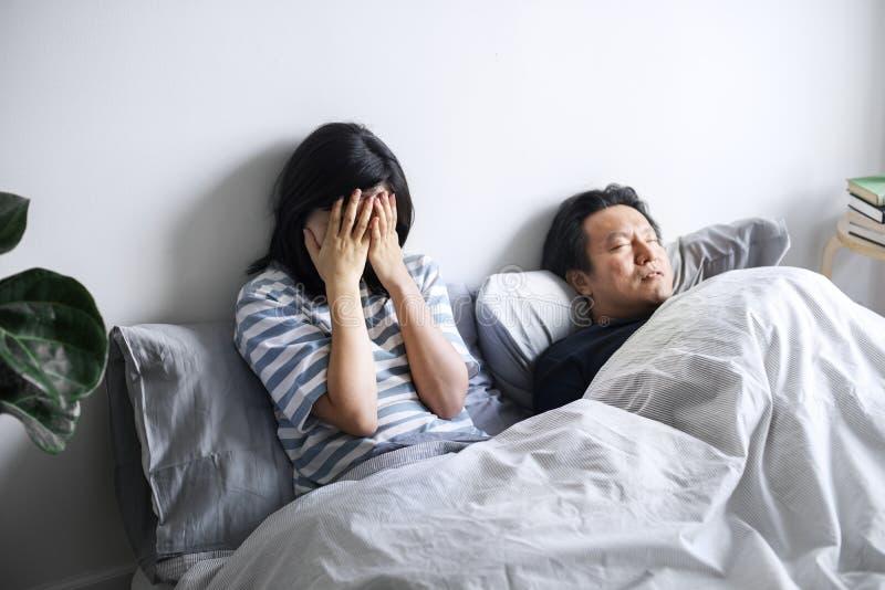 En ledsen asiatisk kvinna i en olycklig förbindelse royaltyfria foton