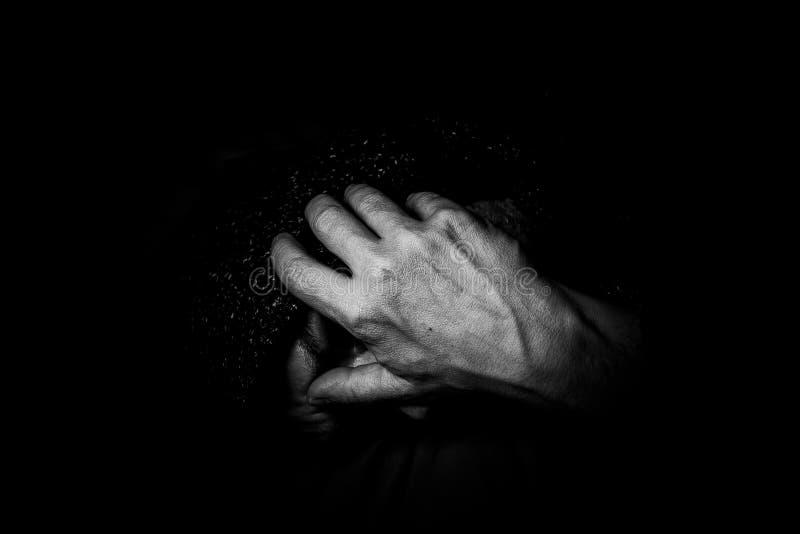 En ledsen och deprimerad man royaltyfri foto