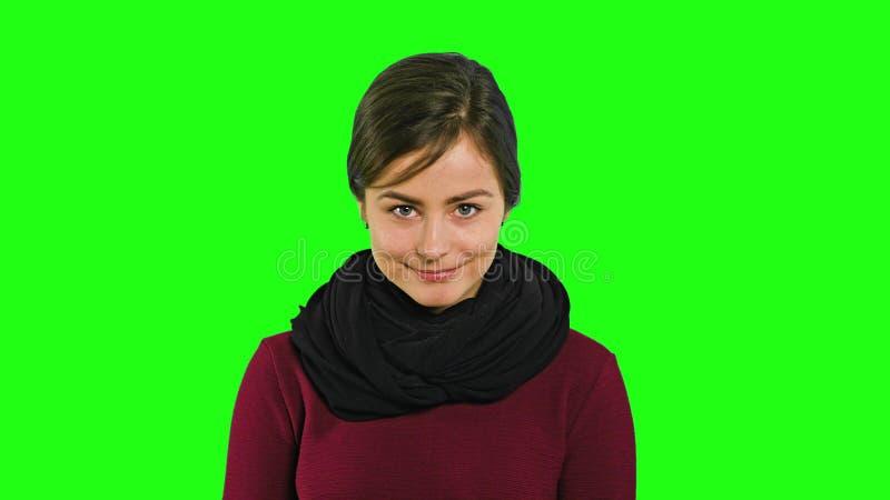 En ledsen ung dam startar att le arkivfoton