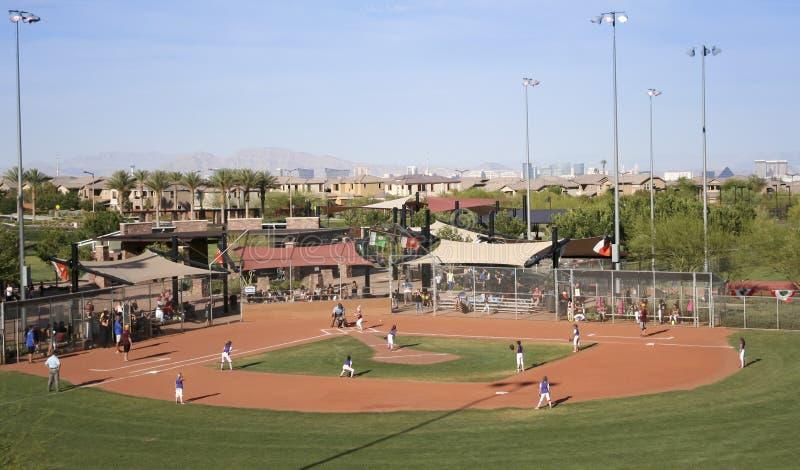 En lek för softball för Summerlin barnserien i basebollflickor arkivbild