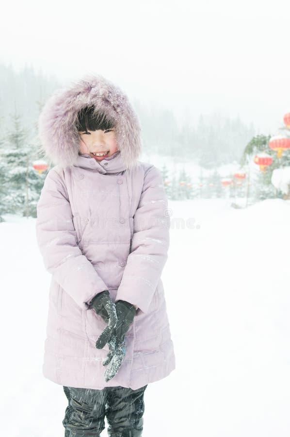 En leka snow för älskvärd flicka royaltyfri bild