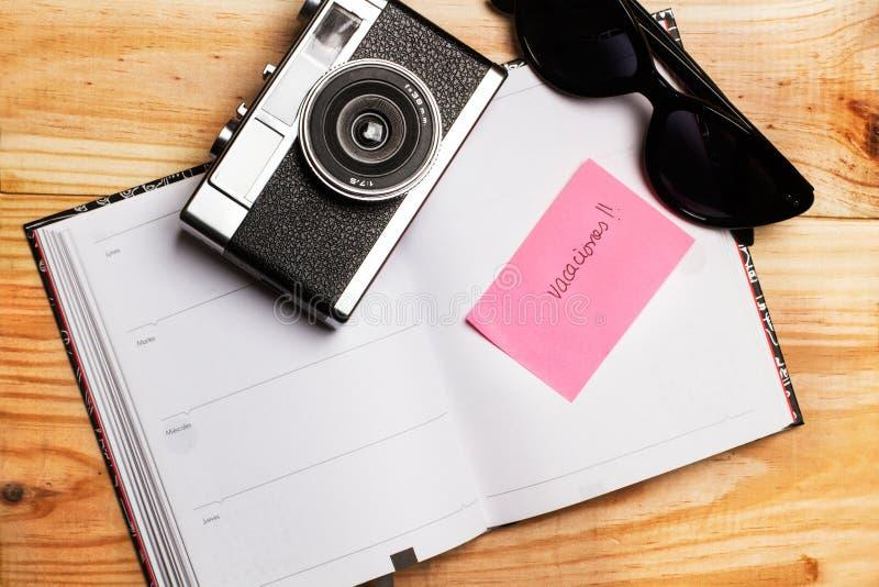 En leksaknivå med en dagbok på en guling och ljust - blå bakgrund arkivbilder