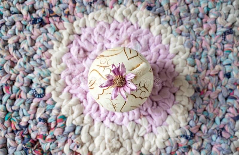 En lila blomma Xeranthemum på den runda leravasen på stucken lapp royaltyfri fotografi