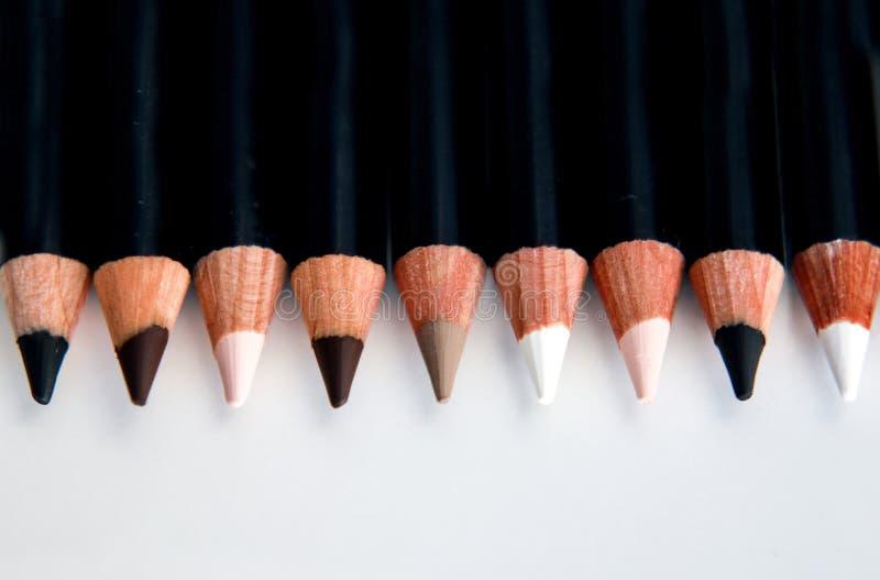 En linje av populära ögonmakeupblyertspennor arkivbilder