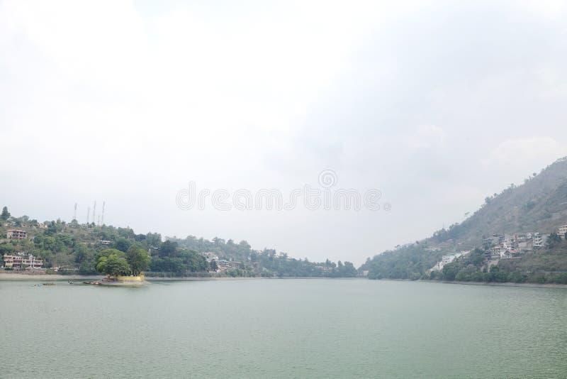 En liten ö i Bhimtal sjön royaltyfri fotografi