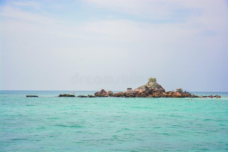 En liten ö i det stora havet royaltyfri fotografi