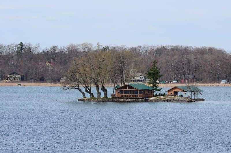 En liten ö- och strandslott på St Lawrence River arkivbild
