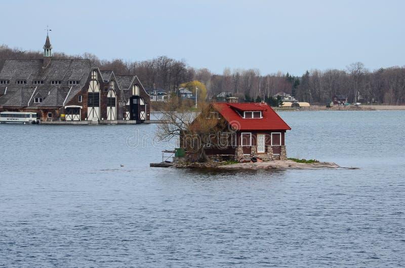 En liten ö- och strandslott på St Lawrence River arkivfoto