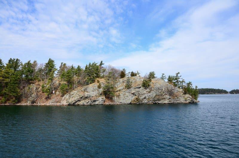En liten ö på St Lawrence River royaltyfri foto